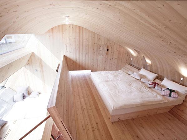Austrijos mažo Ufogel kotedžo miegamojo interjeras