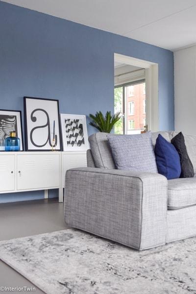 grijs wit groot vloerkleed met grijze bank en grijze vloer