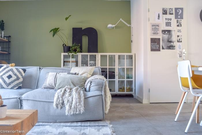 grote industriele letter groene muur