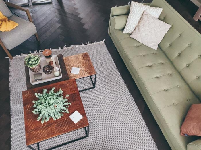 groene bank en houten bijzettafels @interiorbyliss