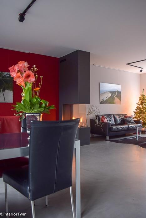 betonvloer grijs in zwart rood interieur