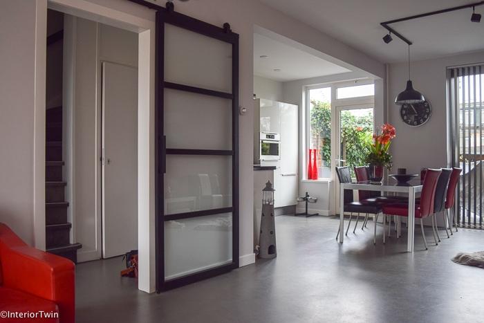 grijze betonvloer in woonkamer - keuken