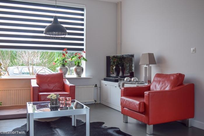 woonkamer met rode stoelen