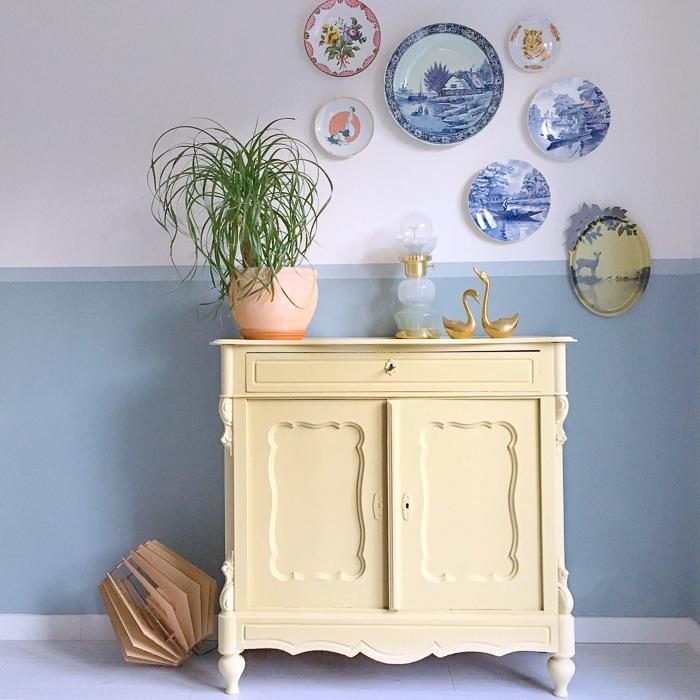 geel kastje blauwe lambrisering