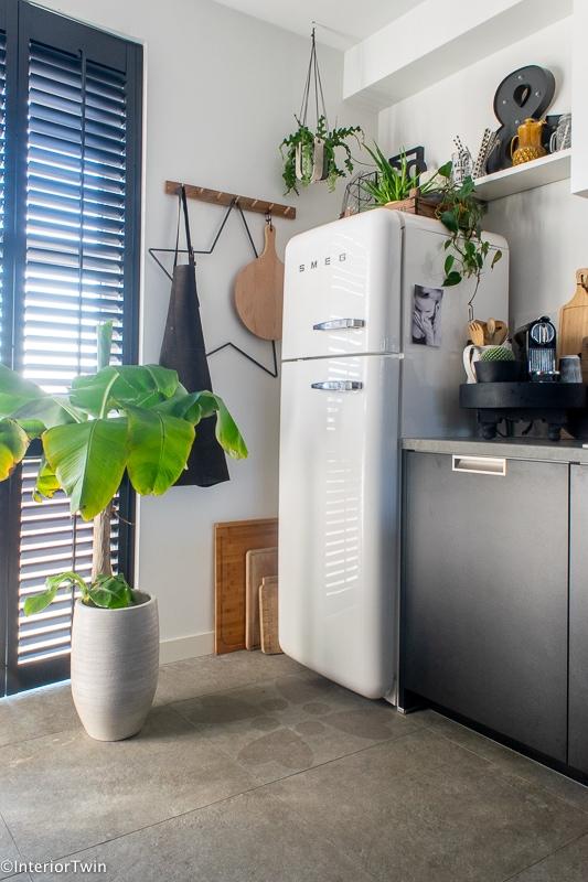 houten kapstok h&m bij koelkast als decoratie