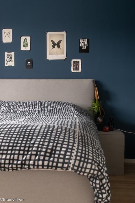 slaapkamer blauwe muur grijs bed