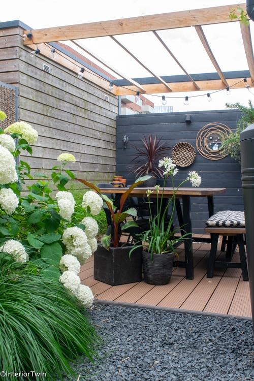 groene tuin met terras