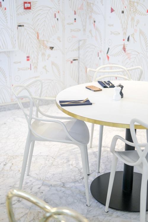 design stoelen aan ronde tafel
