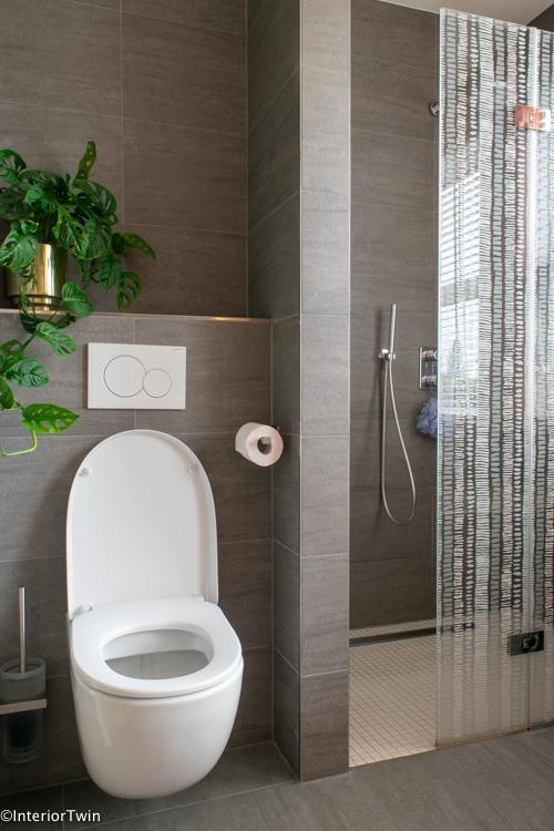 grijze grote tegels in een kleine badkamer