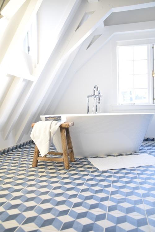 vrijstaand bad met bijzondere tegels