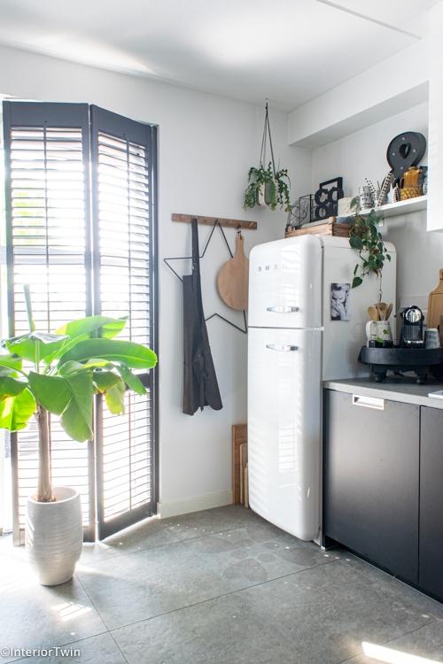 zwarte shutters en smeg koelkast