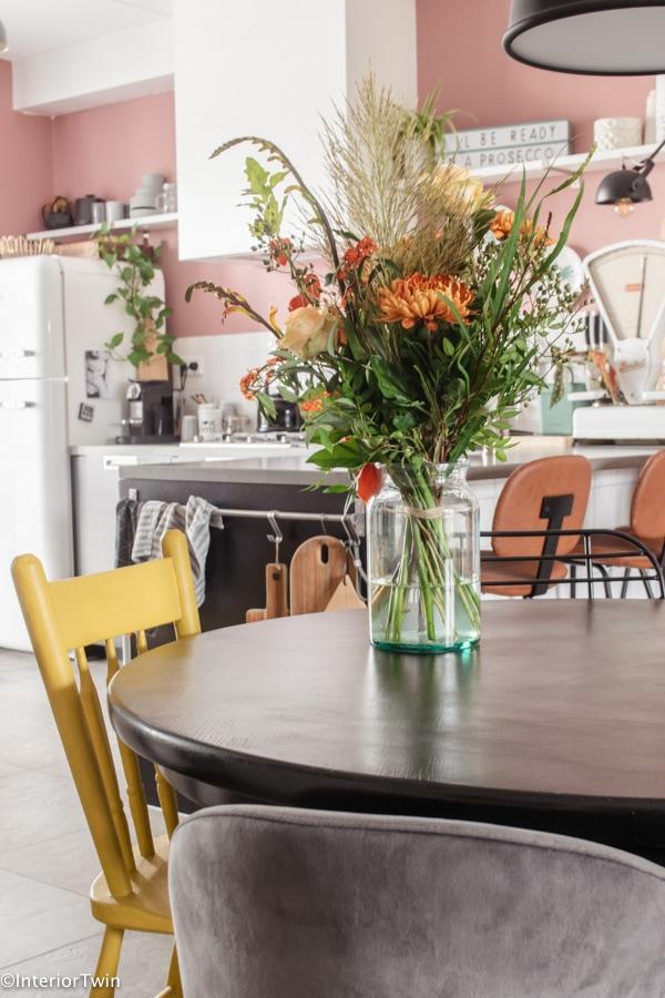 bos bloemen op eettafel