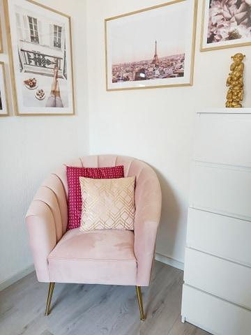 roze fauteuil met kussens