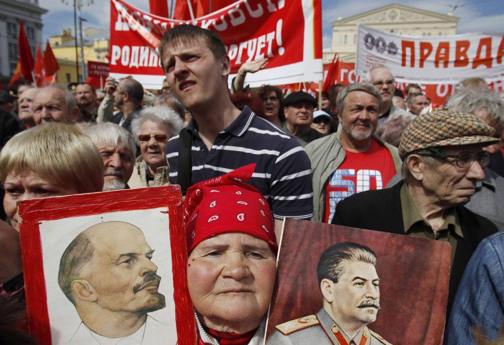 Comunistas rusos durante la marcha del Primero de Mayo en Moscú. DENIS SINYAKOV (REUTERS).
