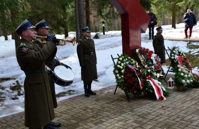 Russians nationalists remove memorial of Poles killed by Stalin