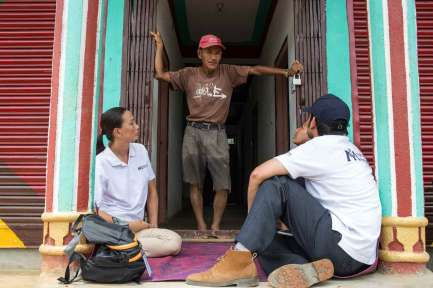 DHUWAKOT-NEPAL-July-17-2015-International-Medical-Corps-Mobile-Unit-physiotherapists-speak-to-the-community-leader-at-the-entrance-of-his-home-that-it_WEB