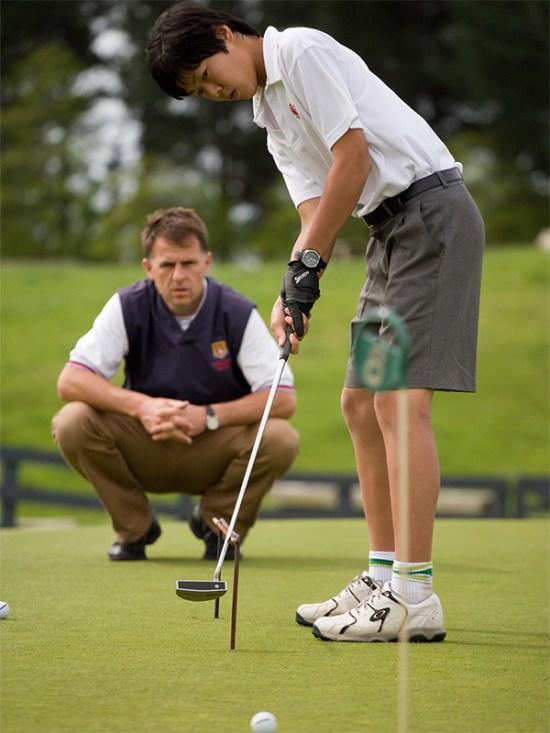 Seijiro golf putting with Simon Thomas