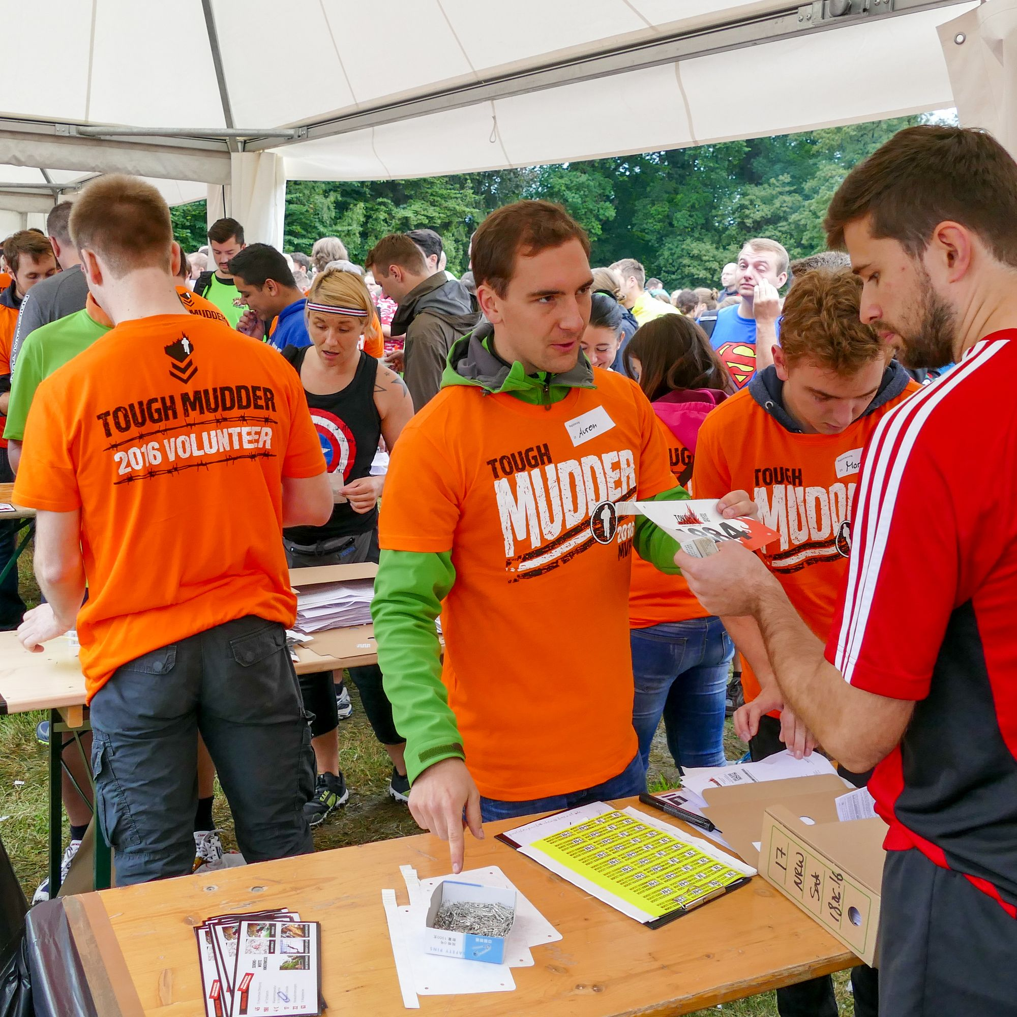 Volunteer beim Check-In Tough Mudder 2016