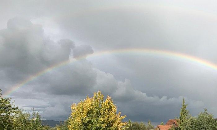 Doppelter Regenbogen nach Gewitterregen