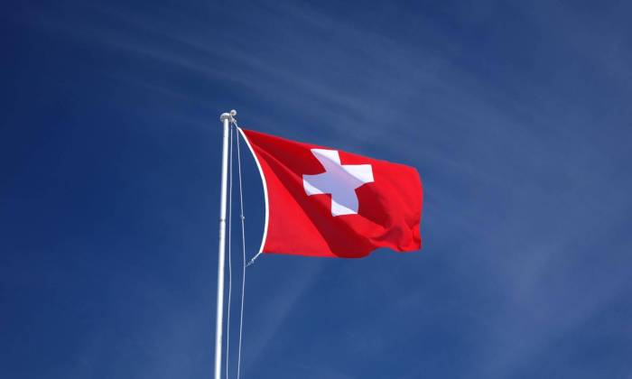 Schweizer Fahne im Wind