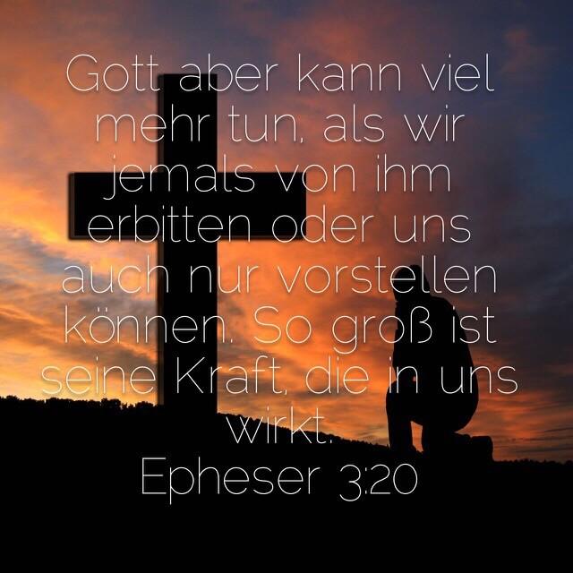 Bibelvers aus Epheserbrief 3,20 auf Bild mit Kreuz und betender Person