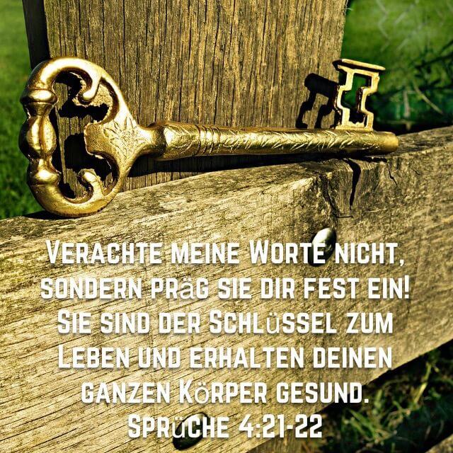 Bibelvers: Sprüche 4,21-22 auf Bild mit Schlüssel auf Holzzaun