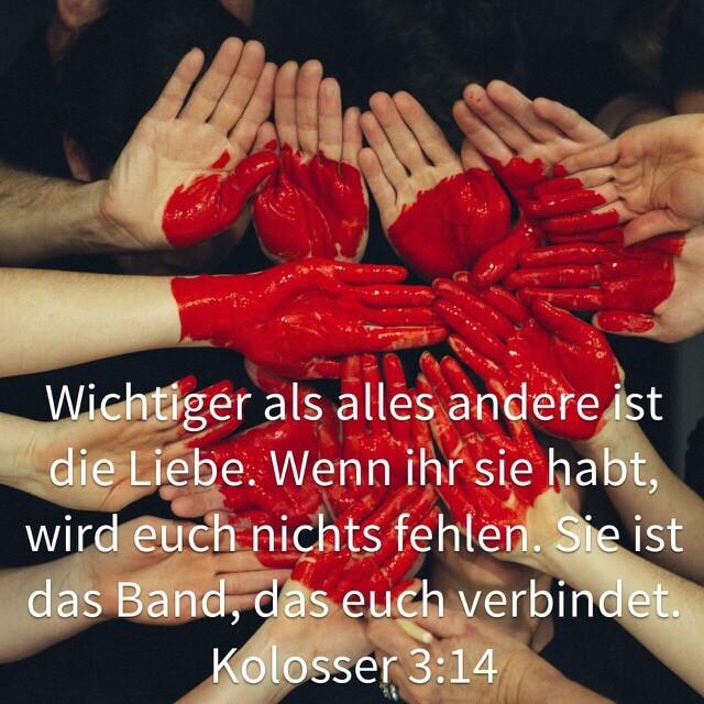 Bibelvers aus Kolosser 3,14 auf Bild mit Herz auf Händen