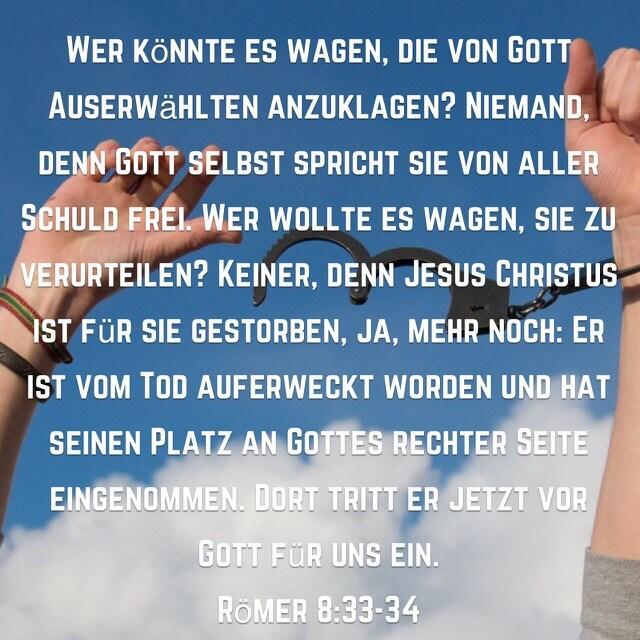 Bibelverse aus Römerbrief 8, 33-34 auf Bild mit geöffneten Handschellen