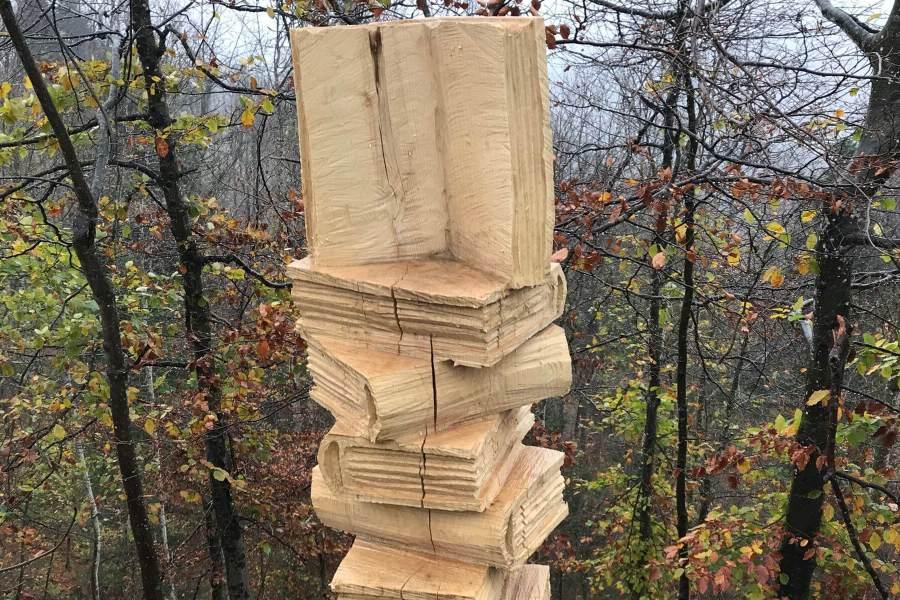 Einen Stapel Bücher - Holzskulptur auf dem Schauenberg