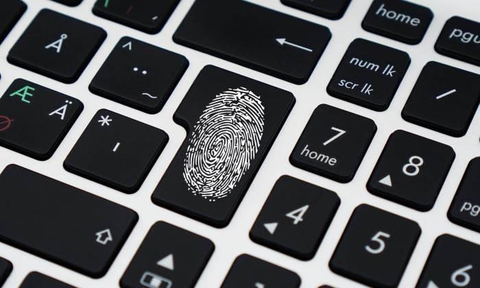 Ich bin der Fingerabdruck auf meiner Tastatur