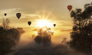 Ballone im Sonnenaufgang
