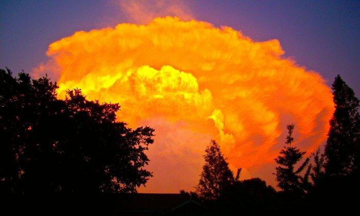 Mächtige Wolke im Abendrot