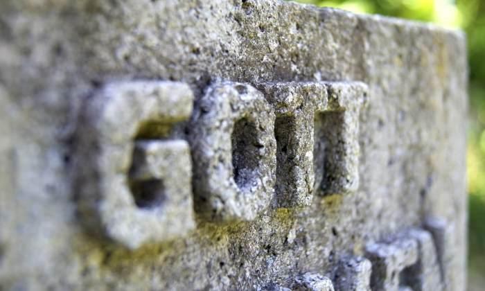 Dein Gott ist zu klein aus Stein gemeisselt