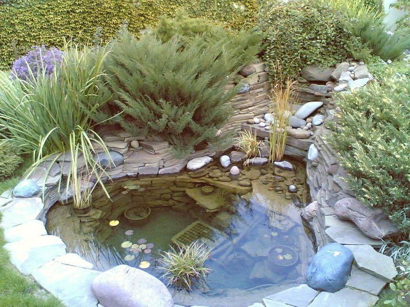 декоративный водоем оформленный плитняком и галькой
