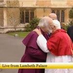 Abrazo entre el arzobispo de Canterbury y el Papa
