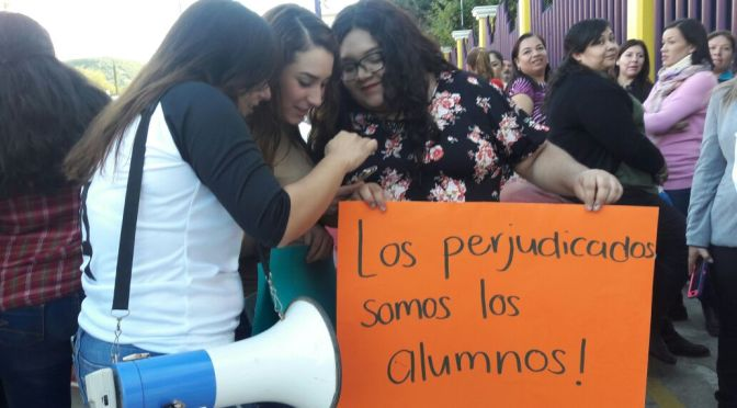 #MANIFESTACIÓN EN LAS AFUERAS DE LAS INSTALACIONES DE LA ESCUELA SERAFÍN PEÑA EN CONTRA DEL ACTUAL DIRECTOR