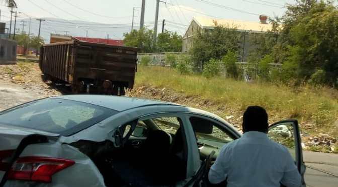 AUTOMÓVIL INTENTA CRUZAR VÍAS DEL TREN Y TERMINA IMPACTADO POR ÉSTE