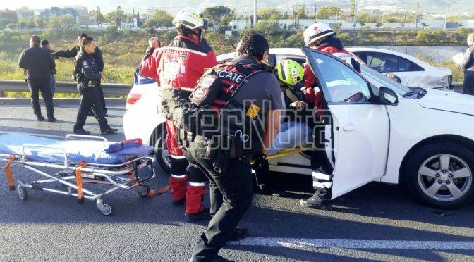 SE REGISTRA ACCIDENTE VIAL TIPO CARAMBOLA DONDE UN VEHÍCULO PARTICIPANTE CAE AL RIO SANTA CATARINA.
