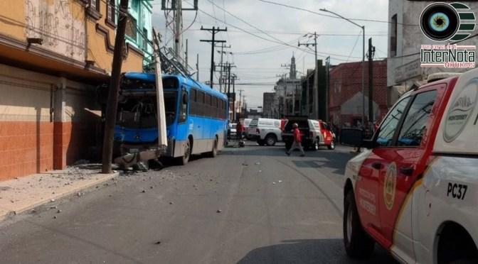 9 PERSONAS HERIDAS FUE EL SALDO DE UN ACCIDENTE ENTRE UN VEHÍCULO Y UNA RUTA URBANA.