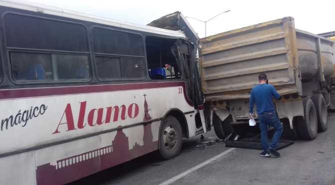 CAPTAN EN VIDEO EL ACCIDENTE DONDE PARTICIPA UN CAMIÓN DE PASAJEROS Y UN CAMIÓN DE VOLTEO EN SANTIAGO, N.L.