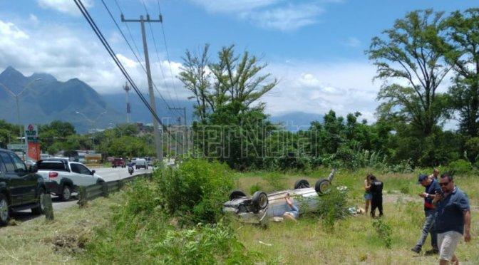 CONDUCTOR RESULTA ILESO TRAS FUERTE ACCIDENTE VIAL TIPO VOLCADURA EN SANTIAGO, N.L.