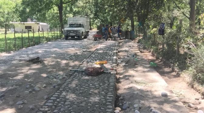 REALIZAN TRABAJOS DE EMPEDRADO EN COMUNIDAD EL BARREAL
