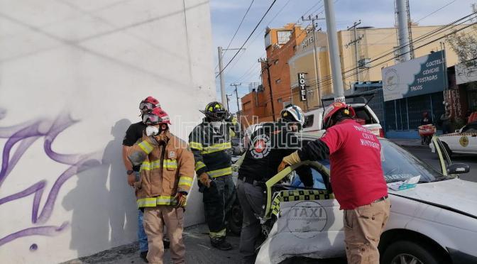 QUEDA MUJER ATRAPADA EN TAXI TRAS FUERTE ACCIDENTE EN EL CENTRO DE MONTERREY.