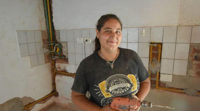VERÓNICA, LA ALBAÑIL QUE ROMPE LOS ESTEREOTIPOS Y GANA ESPACIOS EN LA CONSTRUCCIÓN.