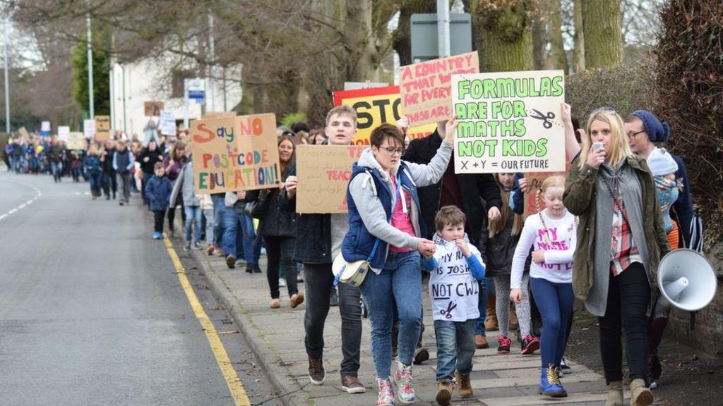 95219967 schoolprotestlaurasmithorganisercrjonathanwhite - Sandbach school funding protest by parents