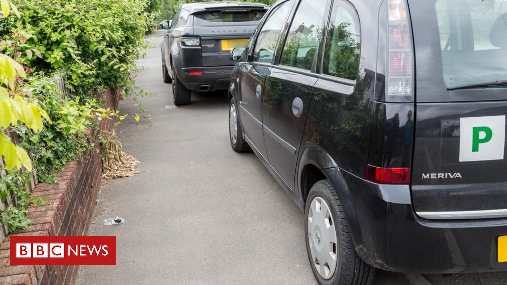 102002393 alamypay2 - Should the UK ban parking on pavements?