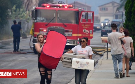 102931303 048608684 - California wildfires: Thousands evacuated as Lake Elsinore threatened