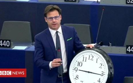 99947905 de53 1 - Clock changes: EU backs ending daylight saving