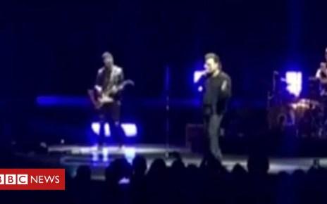 103265297 p06k39pr - U2's Bono cuts short Berlin show after losing voice