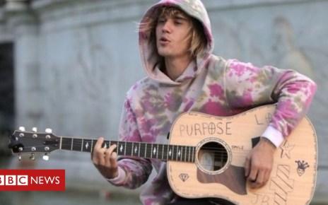 103502716 p06lm7vn - Justin Bieber serenades fiancee outside Buckingham Palace